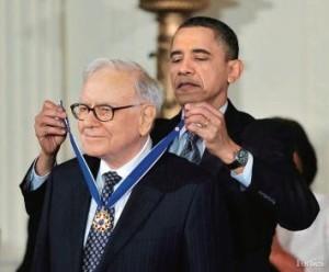 Барак Обама награждает Уоррена Баффетта
